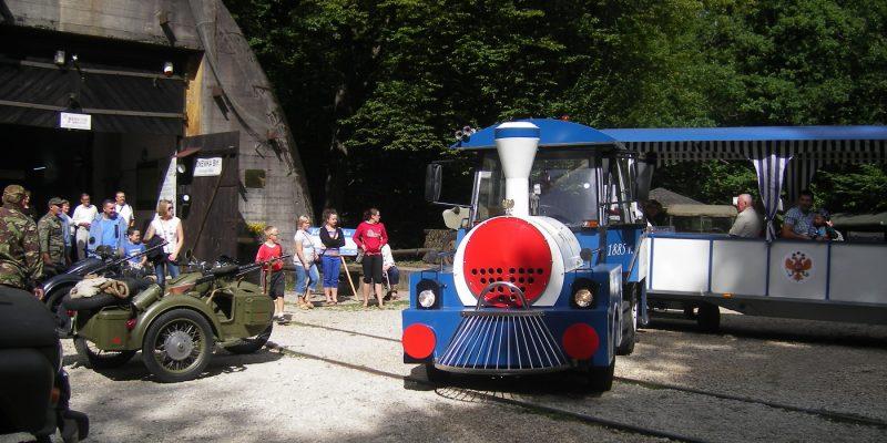 Kolejka-Carska-przed-schronem-kolejowym