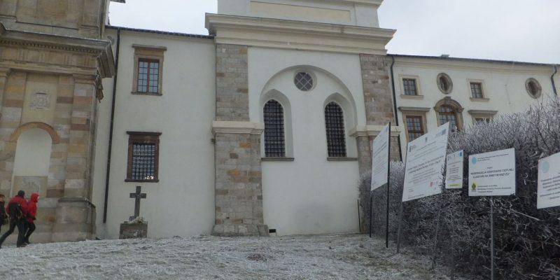 sWidok klasztoru z kaplicą na Świętym Krzyżu